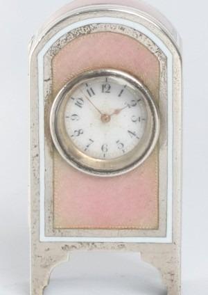 Een Miniatuur Zwitsers Zilveren Roze Guilloche Email Klokje, Circa 1900